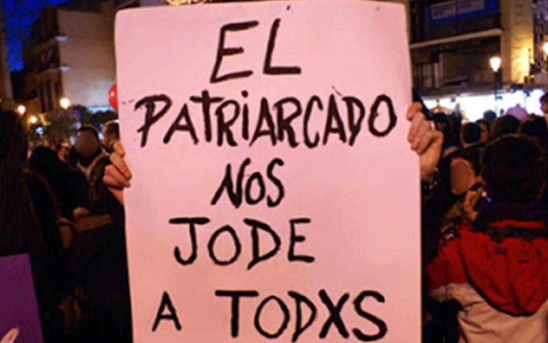 Imagen con cartel, El patriarcado nos jode a todes